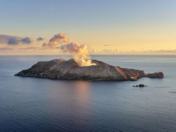 White Islandin tulivuori on yksi Uuden-Seelannin aktiivisimmista.