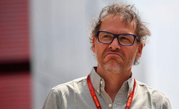 Jacques Villeneuve epäilee, että Max Verstappenia ohjaillaan kulisseissa.