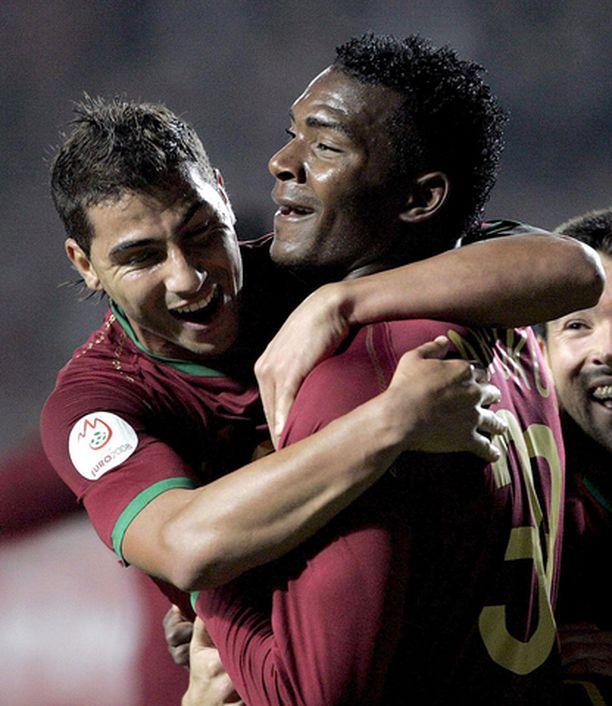 Ricardo Quaresma (vas.) ja Ariza Makukula juhlivat Portugalin ensimmäistä osumaa.