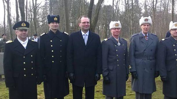Lauantaina vietettiin juhlallinen hetki Hohenlockstedtissa, missä laskettiin seppeleet jääkärien muistomerkillä jääkärikoulutuksen 100-vuotisjuhlassa.