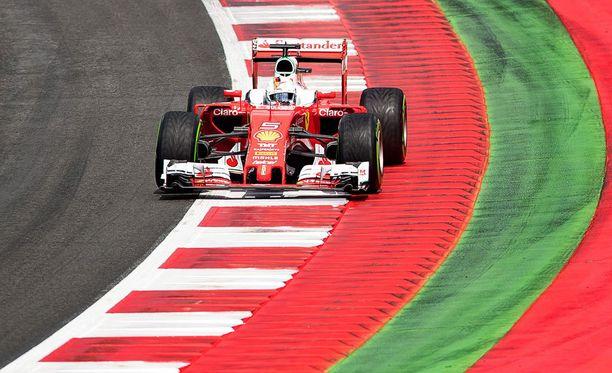 Sebastian Vettel rysäytti seinään rengasrikon takia.