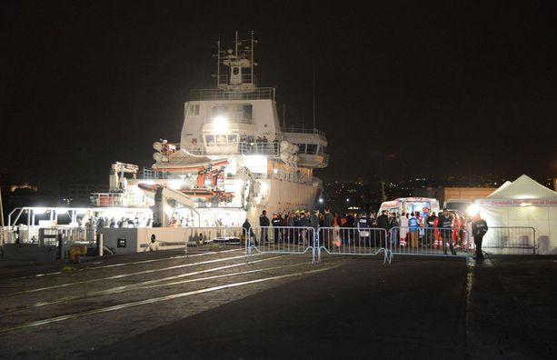 Italian laivasto onnistui pelastamaan joitakin kymmeniä uponneen veneen matkustajista. Kuva huhtikuulta 2015.