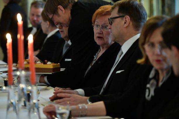 Presidentti Tarja Halonen ja pääministeri Juha Sipilä vaihtoivat ajatuksia.