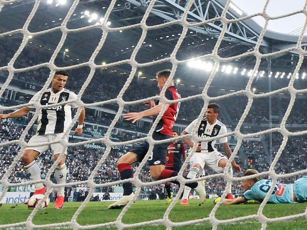 Cristiano Ronaldo oli oikeassa paikassa oikeaan aikaan ja tuikkasi helponlaisesti Juventuksen 1-0-maalin. Genoa nousi kuitenkin toisella puoliajalla tasoihin ja nipisti hallitsevalta mestarilta pisteen.