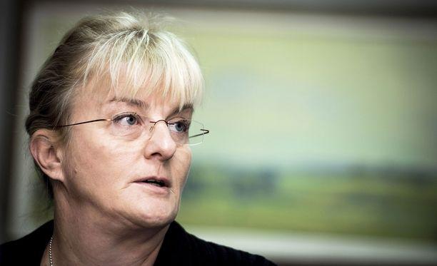 Sosiaali- ja terveysministeri Pirkko Mattila toteaa, että ministeriö tiedottaa asetuksen tilanteesta aikanaan.