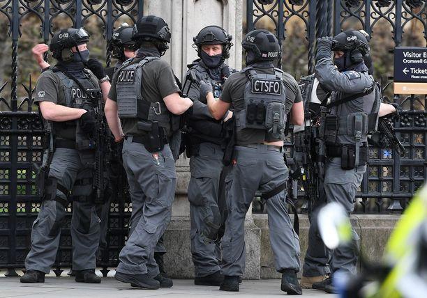 Paikalle hälytettiin terrorismin vastaiset joukot.