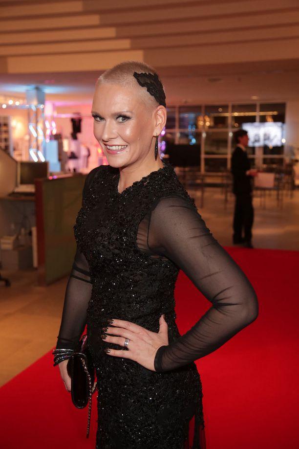 Syöpätaistelua käynyt Heidi Sohlberg korosti jälleen kasvavia hiuksiaan koristeella.
