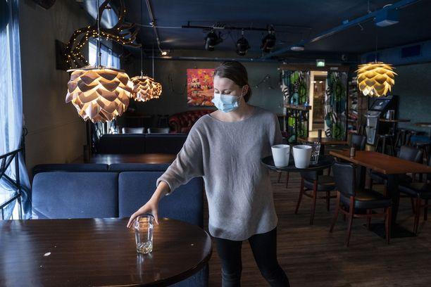 Ylläksellä olevan ravintola Public House Selvä Pyyn tarjoilija Karoliina Karhu odotteli asiakkaita saapuvaksi lounaalle keskiviikkona 31.3.