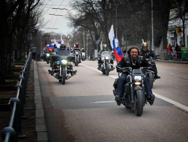 Yön sudet osallistuivat viime maaliskuussa Krimillä sevastopolilaisten voitonjuhlaan näin näyttävästi. Poliisi päästi presidentti Vladimir Putinin ystävänä tunnetun Alexander Zaldostanov jengeineen muulta liikenteeltä suljetulle kadulle.
