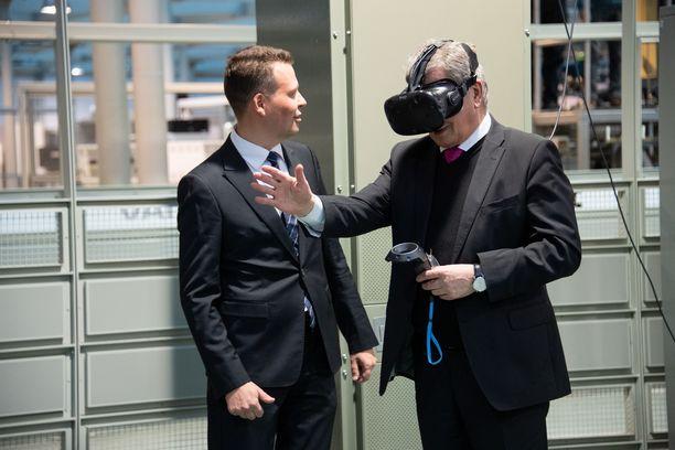 Niinistö kokeili virtuaalilaseja.