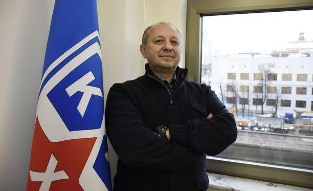 KHL:n varatoimitusjohtaja Georgi Kobyljanski poseerasi ylpeästi KHL:n lipun vieressä venäläisliigan päämajassa Moskovassa.