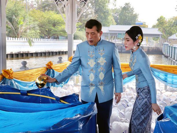 Kuningas ja rakastajatar kävivät läpi buddhalaisen seremonian.