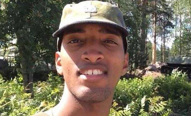 Helsinkiläinen Mukhtar Abdi on innoissaan intistä. Hän ei ymmärrä, miksi osa ihmisistä ei voi hyväksyä tummaihoista varusmiestä.