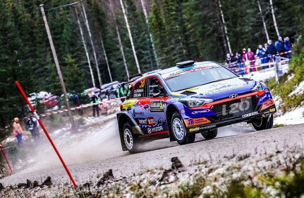 Jari Huttunen kaahasi voittoon vähälumisen Ruotsin MM-rallin WRC3-luokassa helmikuussa.
