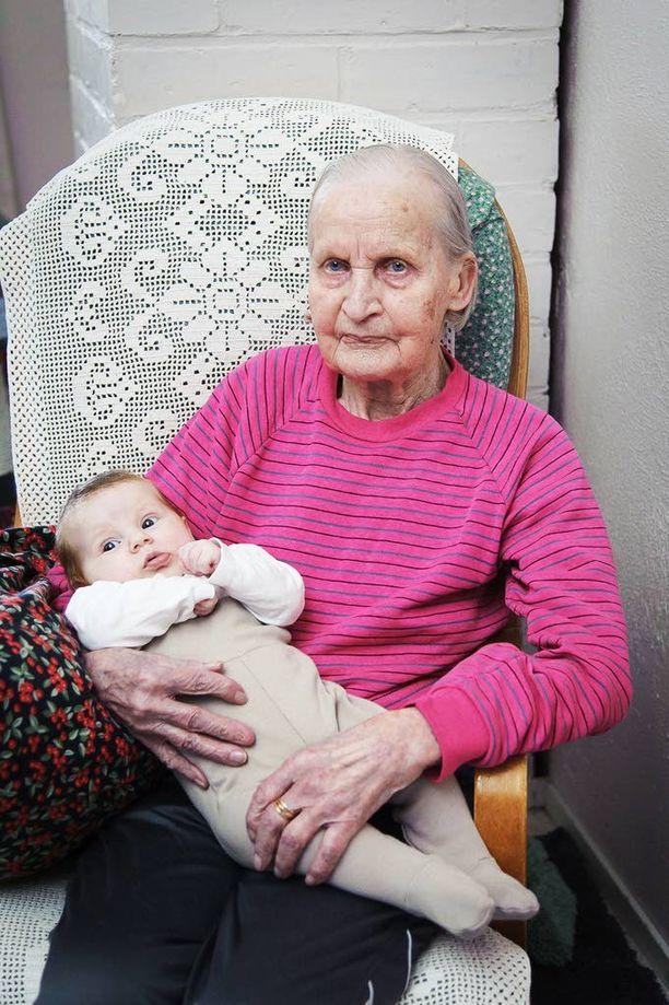 Kylän vanhin ja nuorin. Martta Nyrhisellä ja Aune Makkosella on ikäeroa kolme päivää vaille 95 vuotta.