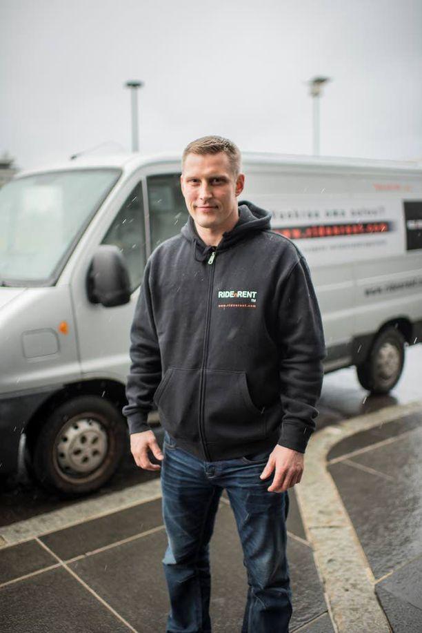 Toni Seppälä kertoo, että hänen pakettiautoaan on vuokrattu palvelun kautta jo hyvin.