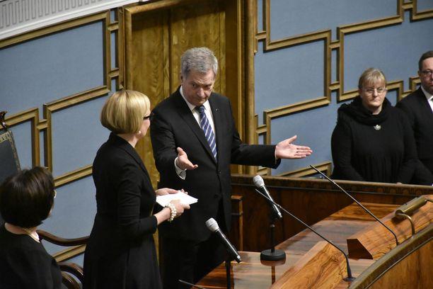 Tasavallan presidentti Sauli Niinistö tervehti eduskunnan puhemiestä Paula Risikkoa ja kehotti työnsä päättäviä kansanedustajia istumaan paikoilleen. LAURI NURMI