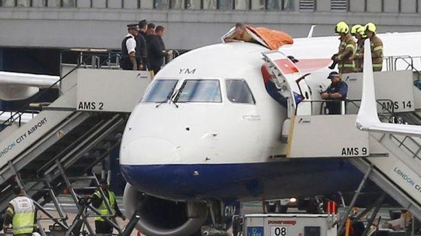 Ilmastoprotestiin osallistunut mies oli lentokoneen katolla BBC:n mukaan noin tunnin verran ennen kuin hänet saatiin alas. Hän oli ostanut lipun British Airwaysin lennolle Lontoosta Amsterdamiin.
