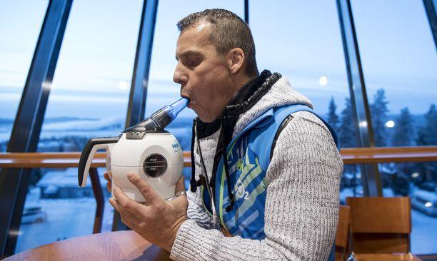 Tieteellinen neuvonantaja Ilpo Kuronen puhalsi hengityslaitteeseen Koillismaalla esittelytilaisuudessa vuonna 2016.