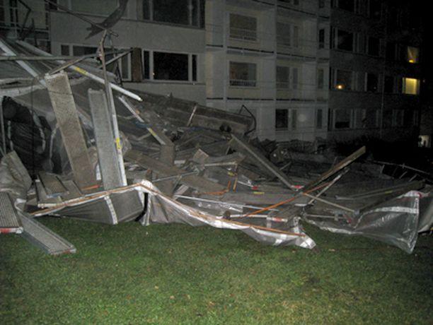 Helsingin Lauttasaaressa rakennustelineet kaatuivat myrskyn voimasta maanantaina.