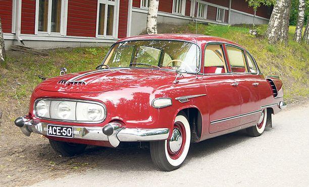 Massiiviset kromipuskurit, ovat amerikkalaistyyppiset ns. Dagmar-puskurit. Tatra on nähtävissä Vehoniemen Automuseon kevätnäyttelyn avajaiskokoonpanossa Kangasalla.