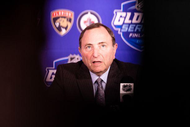 Gary Bettman kehui Suomen NHL-tapahtumaa, mutta antoi myös ikävämpiä uutisia kiekkofaneille.