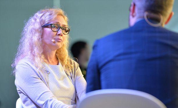 Anneli Auer Tuomas Enbusken haastattelussa.