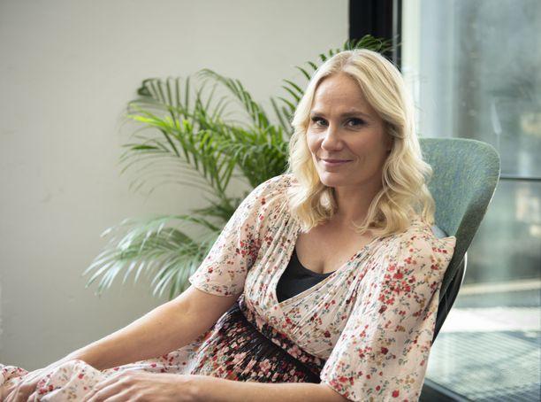 Laura Malmivaara näyttelee Ylen syksyn Kellot soi -uutuussarjassa apulaisrehtoria.