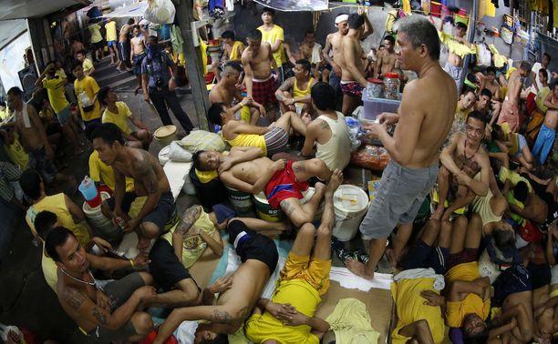 Olot Quezon Cityn vankilassa ovat epäinhimilliset. Vangit nukkuvat vuoroissa ja jopa toistensa päällä. Kuva viime lokakuulta.