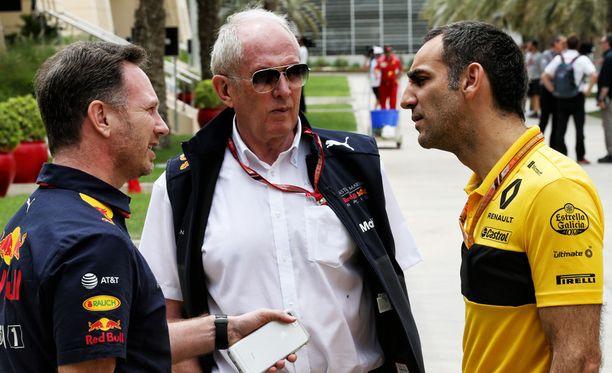 Red Bullin tallipäällikkö Christian Horner (vasemmalla) ja Helmut Marko ovat käyneet läpi alkukauden neuvotteluja ensi vuoden voimanlähteestään. Renault-pomo Cyril Abiteboul jäi tällä kertaa nuolemaan näppejään.