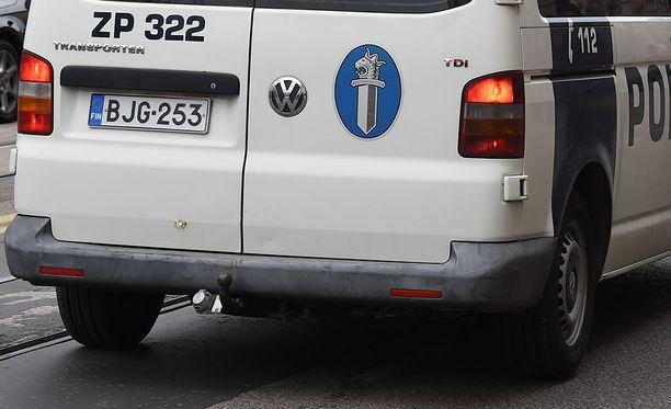 Poliisiauto lähti liukumaan mäkeä alaspäin Savonlinnassa. Kuvituskuva.