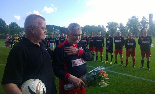 Jukka Virtanen kukitettiin ennen ottelun alkua.