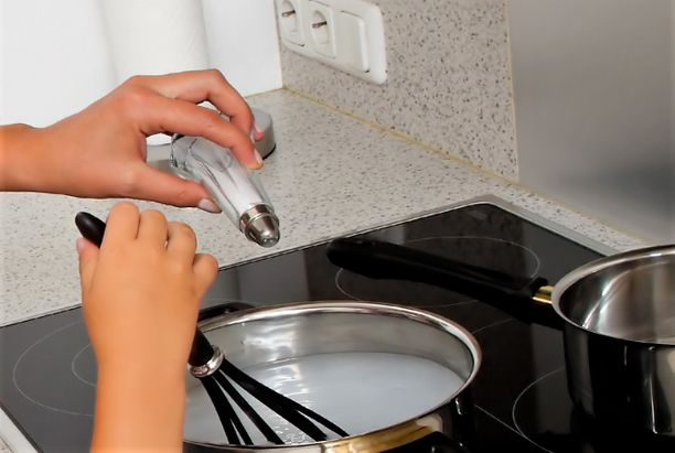 Tytön mukaan äiti lisäsi suolaa vain hänen ruokaansa, ei muiden perheenjäsenten. Kuvituskuva.