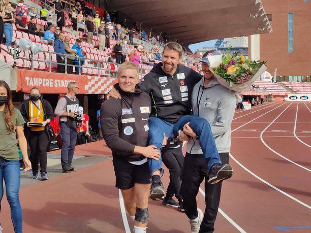 Toni Kuusela ja Lassi Etelätalo kantoivat Ruuskasta kunniatuolissa.