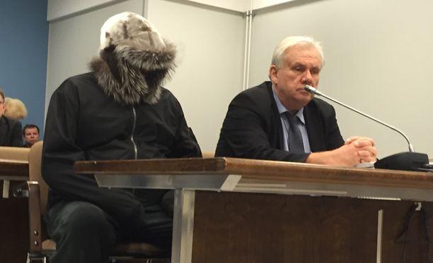 Syytetty saapui oikeuteen paksuun karvalakkiin pukeutuneena.