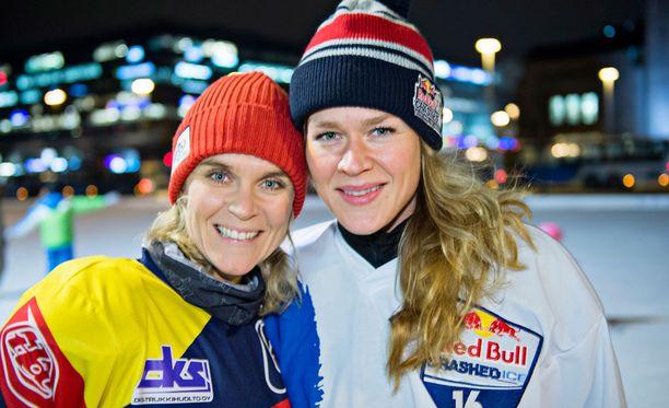 Kristiina edustaa kisoissa Salla Kyhälän (oik.) kanssa.