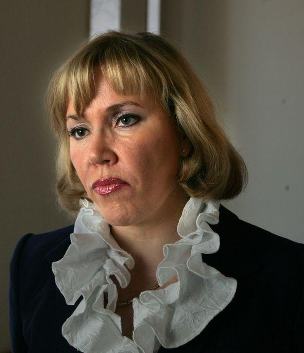 Kokoomuksen entinen kansanedustaja Tuija Nurmi on antanut kasvot pian entiselle sopeutumiseläkejärjestelmälle. Nurmi on nostanut sopeutumiseläkettä vuodesta 2011, vaikka hän on toiminut samaan aikaan lääkärinä.