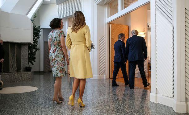 Melanian jalassa oli asuun sopivat vaaleankeltaiset korkokengät.