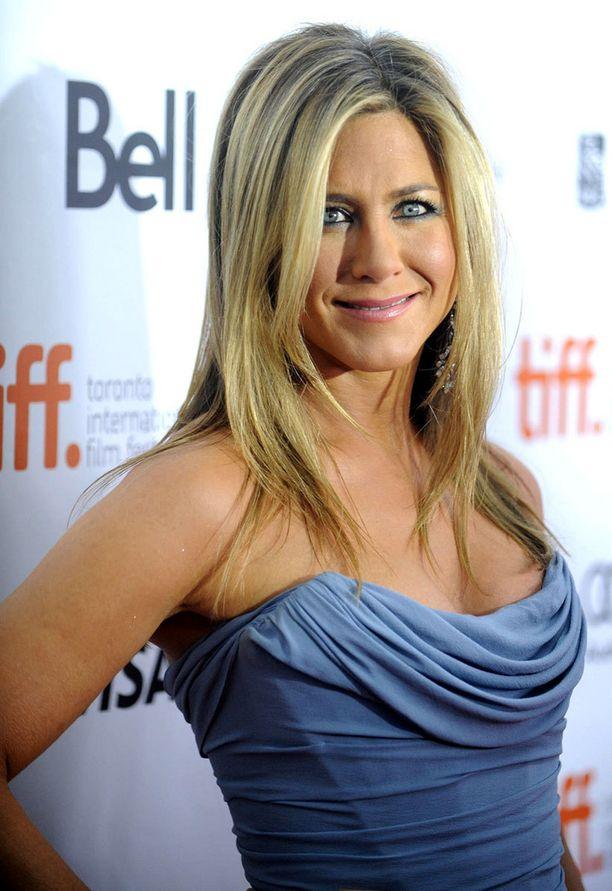Jennifer Aniston ehostaa kesäaikana vain kevyesti.