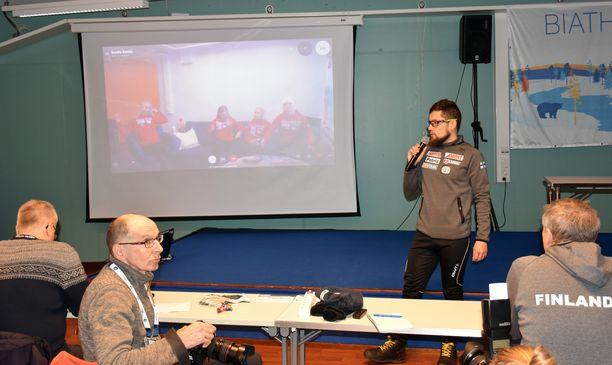 Ampumahiihtoliiton lajipäällikkö Jouni Kinnunen juonsi Suomen lehdistötilaisuutta Kontiolahdella. Urheilijat olivat viereisessä rakennuksessa koronaviruspelon vuoksi.