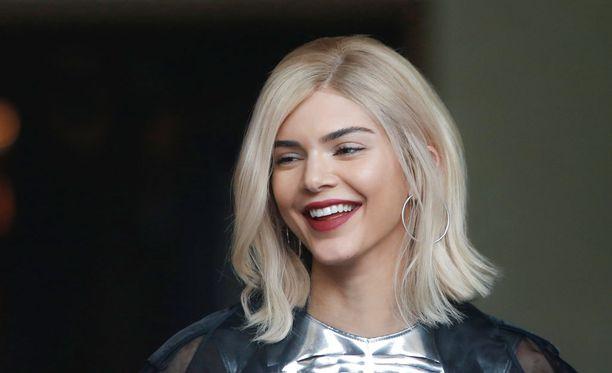 Kendall Jenner esiintyy mainoksessa ensin vaaleassa peruukissa.
