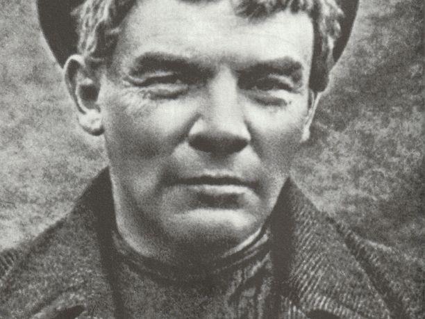 Etsintäkuulutettu Lenin saapumassa naamioituneena Suomeen kesällä 1917. Leninin parta on ajeltu ja päässä on peruukki. Kuva Wikipedia/ V. Lestsenko