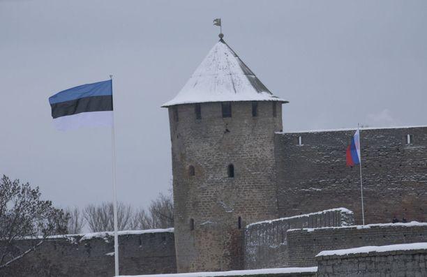 Viron ja Venäjän liput Narvassa.
