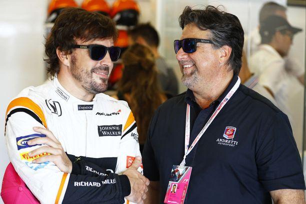 Michael Andretti (oikealla) on ollut tuttu näky McLaren-pilttuussa Pohjois-Amerikassa ajetuissa F1-osakilpailuissa. Kuvassa Anretti Fernando Alonson seurassa viime vuoden USA:n GP:ssä.