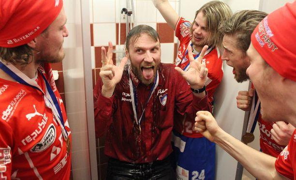 Valmentaja Tommy Koponen pääsi pelin jälkeen kylmään suihkuun.