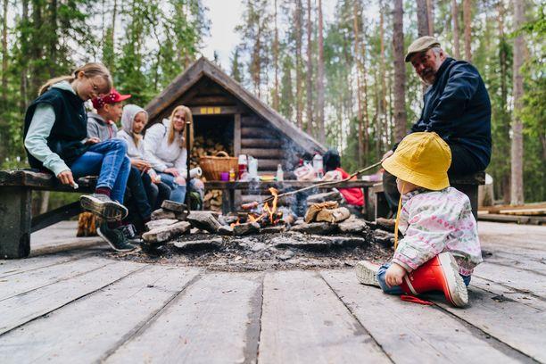 Yhä useampi haluaa tänä kesänä  retkelle luontoon ja nauttimaan eväitä tulen ääreen.