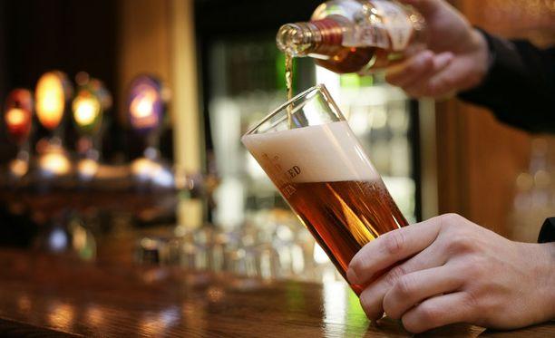 Uudistettu alkoholilaki näkyy jo ravintoloiden happt hour -mainonnassa.
