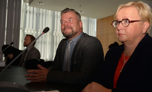 Jari Sillanpää ja hänen asianajajansa Riitta Leppiniemi Helsingin käräjäoikeuden edessä keskiviikkona.