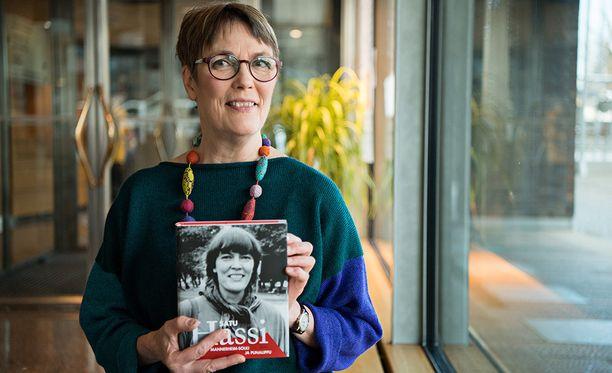 Satu Hassi kertoo päättäneensä jo vuosia sitten, että hän mainitsee kipeästä lapsuuden kokemuksestaan nuoruusmuistelmissaan. Hassin mukaan asian julkituominen ei liity Me too -kampanjaan.