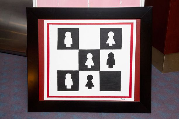 Jonen tekemän taulun voi tulkita ristinollapeliksi tai shakkilaudaksi.